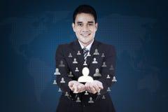 Biznesmen pokazuje ogólnospołeczną sieci ikonę Zdjęcia Stock