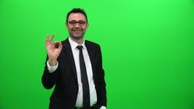 biznesmen Pokazuje Ok Szyldową Pozytywną prezentację na zieleń ekranie zbiory
