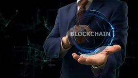 Biznesmen pokazuje pojęcie hologram Blockchain na jego ręce fotografia royalty free