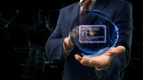 Biznesmen pokazuje pojęcie hologram Percend Ochraniający na jego ręce obraz stock