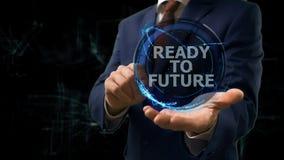 Biznesmen pokazuje pojęcie hologram Przygotowywającego przyszłość internet na jego ręce Zdjęcie Stock