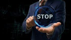 Biznesmen pokazuje pojęcie holograma przerwę na jego ręce Zdjęcia Stock