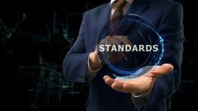 Biznesmen pokazuje pojęcie holograma standardy na jego ręce Zdjęcia Royalty Free