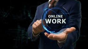 Biznesmen pokazuje pojęcie hologramowi Online pracę na jego ręce Zdjęcie Royalty Free