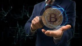 Biznesmen pokazuje pojęcie hologramowi złocistego Bitcoin na jego ręce zbiory wideo