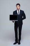 Biznesmen pokazuje pustego laptopu ekran Fotografia Stock