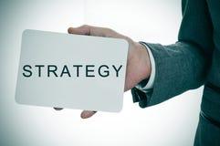 Biznesmen pokazuje signboard z słowo strategią zdjęcie royalty free