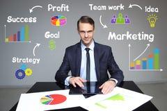 Biznesmen pokazuje stopnie wzrostu w mapie pracy prezentacja Obraz Stock