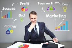 Biznesmen pokazuje stopnie wzrostu w mapie pracy prezentacja Zdjęcia Stock