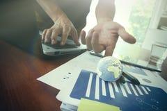 Biznesmen pokazuje tekstura świat na biznesowym dokumencie Zdjęcie Royalty Free