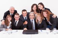 Biznesmen Pokazywać Na Laptopie W Spotkaniu Fotografia Royalty Free