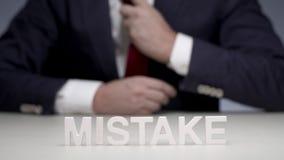 Biznesmen popełniający błąd w inwestować biznes Błąd w pieniężnym planie zbiory wideo