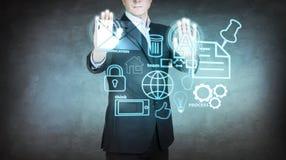 Biznesmen poruszające ikony na wirtualnym ekranie ilustracja wektor