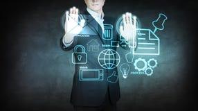 Biznesmen poruszające ikony na wirtualnym ekranie royalty ilustracja