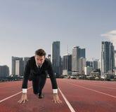 Biznesmen postępuje jak biegacz Rywalizacja i wyzwanie w biznesowym pojęciu obrazy royalty free