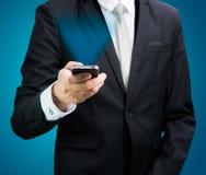 Biznesmen pozyci postury ręki chwyta telefon komórkowy odizolowywający Zdjęcie Stock