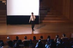 Biznesmen pozycja i dawać prezentacja w audytorium zdjęcie stock
