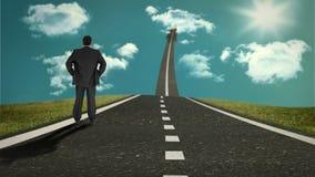 Biznesmen pozycja na drodze która wskazuje niebo zbiory wideo