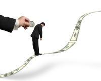 Biznesmen pozycja na pieniądze trendzie z monetą wkłada w bac zdjęcia stock