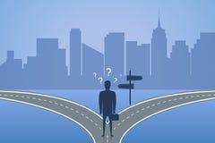 Biznesmen pozycja na rozdrożu i wybiera sposób Pojęcie wybór najlepszy rozwiązanie dla przyszłości lub biznesu wektor royalty ilustracja
