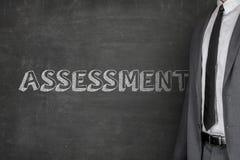 Biznesmen pozycja ocena tekstem Na Blackboard Fotografia Royalty Free