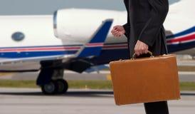 Biznesmen pozycja przed korporacyjnym strumieniem zdjęcia royalty free
