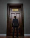Biznesmen pozycja przed ogromnym drzwi Obrazy Royalty Free