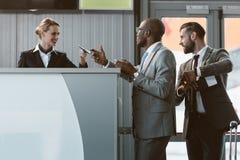 biznesmen pozycja przy lotniskowym sprawdza wewnątrz kontuar, śpieszy up obraz stock