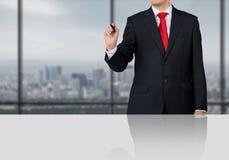 Biznesmen pozycja w biurze Zdjęcie Stock