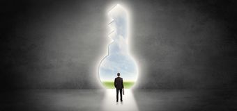 Biznesmen pozycja w dużym keyhole obrazy stock