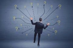 Biznesmen pozycja w liniach frontu i znaków zapytania znakach conc Obraz Royalty Free