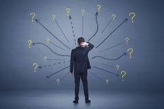 Biznesmen pozycja w liniach frontu i znaków zapytania znakach conc Zdjęcie Stock