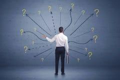 Biznesmen pozycja w liniach frontu i znaków zapytania znakach conc Obraz Stock