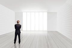 Biznesmen pozycja w pustym pokoju Obraz Stock