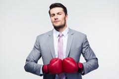 Biznesmen pozycja z bokserskimi rękawiczkami Fotografia Royalty Free