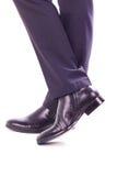 Biznesmen pozycja z krzyżować nogami Fotografia Royalty Free