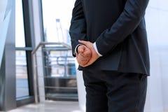 Biznesmen pozycja z oba rękami behind Fotografia Royalty Free