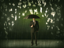 Biznesmen pozycja z parasolem i 3d liczbami pada concep Obrazy Royalty Free