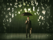 Biznesmen pozycja z parasolem i 3d liczbami pada concep Zdjęcia Stock