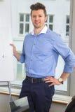 Biznesmen pozycja Z ręką Na biodrze Flipchart Zdjęcia Stock