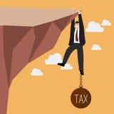Biznesmen próba mocno trzymać na falezie z obciążeniem podatkowym royalty ilustracja