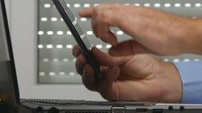 Biznesmen praca w biuro dostępu mobilnych dane i pisze w laptopu baza danych zbiory wideo