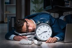 Biznesmen pracujące nadgodzinowe długie godziny opóźnione w biurze Zdjęcie Stock