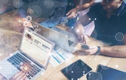 Biznesmen Pracuje Globalnej strategii Wirtualną ikonę Innowacja wykresów interfejsy Mężczyzna drewna stołu laptopu Loft Nowożytny Fotografia Stock
