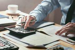 biznesmen pracuje na biurka biurze z używać kalkulatora ca Obrazy Royalty Free