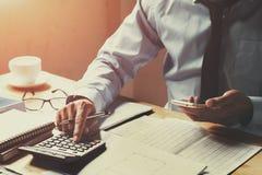 biznesmen pracuje na biurka biurze z używać t i kalkulatora Obraz Royalty Free