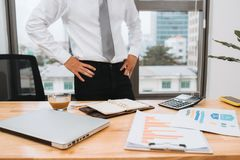 Biznesmen pracuje na biurowym biurku, przyglądający zmęczony zdjęcia stock