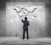 Biznesmen pracuje na cyfrowej mapie, budowa biznesu pojęcie Zdjęcie Stock
