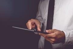 Biznesmen pracuje na cyfrowym pastylka komputerze Obraz Stock