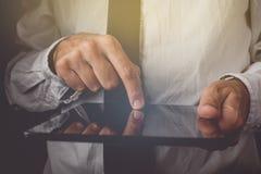 Biznesmen pracuje na cyfrowym pastylka komputerze Zdjęcia Stock